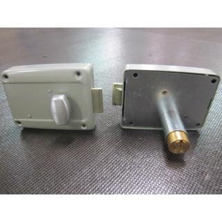 Serrure droite de porte de garage avec bouton poussoir for Porte de garage avec caisson exterieur